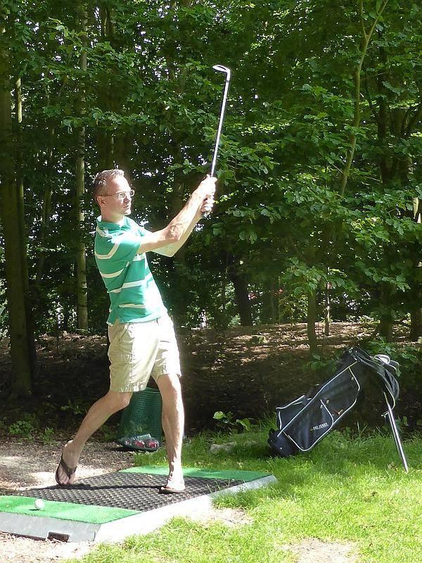 Paul Rotering slaat een balletje op de golfbaan
