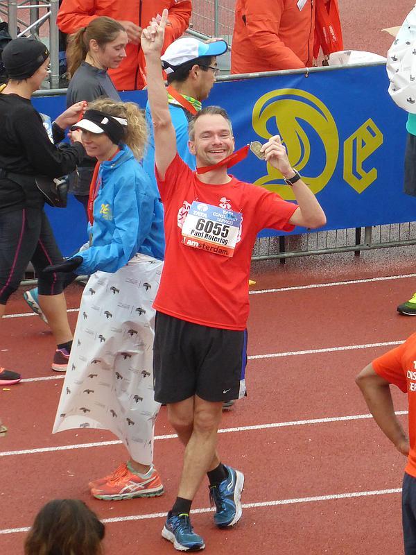 Paul Rotering na de finish van de marathon van Amsterdam